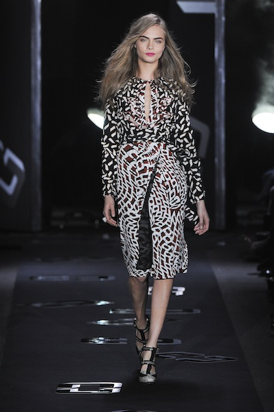 H μόδα μιλάει για trends ακριβώς γιατί κοιτά πάντα μπροστά. Η εβδομάδα μόδας της Νέας Υόρκης παρουσίασε τις κολεξιόν των μεγάλων fashion house για το Φθινόπωρο/Χειμώνας 2013-14.  Διάλεξα μερικά hot pics από την εβδομάδα μόδας της Νέας Υόρκης για τη σεζόν F/W 2013-14 και όλο χαρά σας τα παραδίδω.
