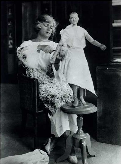 Madeleine_Vionnet_in_her_studio_about_1920