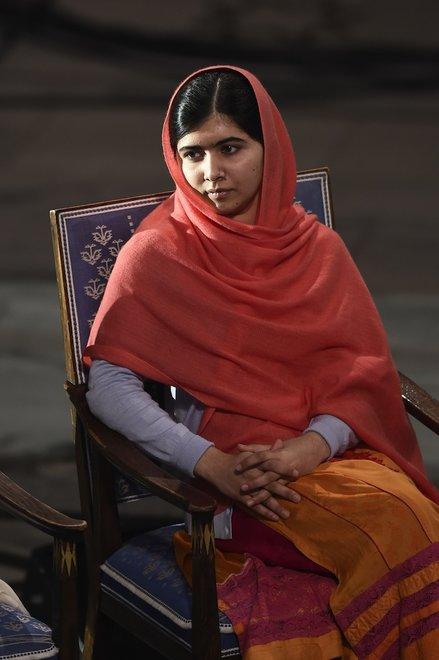 holding-malala-yousafzai-nobel-peace-prize
